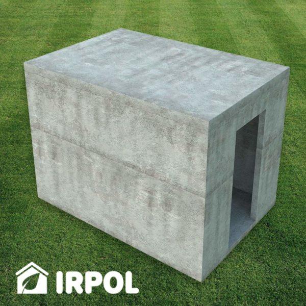 Duża betonowa piwniczka ogrodowa, zbiornik betonowy służący jako piwnica, spiżarnia, spiżarka, schron etc. Wersja z wejściem z boku piwnicy.