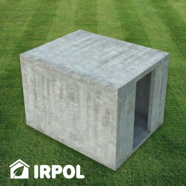 Mała betonowa piwniczka ogrodowa, zbiornik betonowy służący jako piwnica, spiżarnia, spiżarka, schron etc. Wersja z wejściem z boku piwnicy.