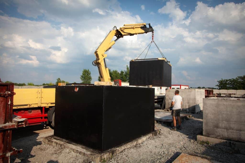 Szambo betonowe 12m3 w trakcie załadunku przed transportem do Klienta